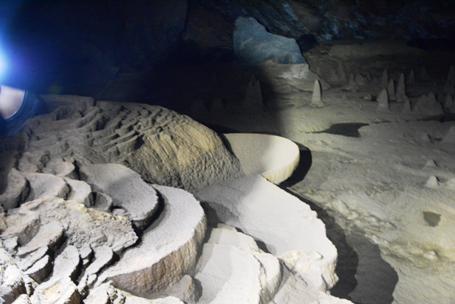 Cảnh tượng rất đẹp trong lòng hang