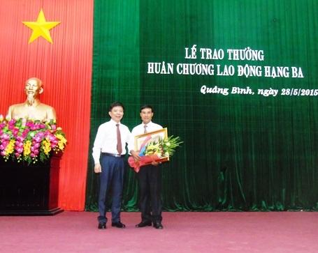 Quảng Bình: Trao thưởng Huân chương Lao động hang Ba cho ông Howard Limbert và Hồ Khanh (Bác THảo đã duyệt, du lịch xem giúp)
