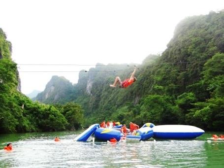 Đu zip-line tắm sông cũng rất hút khách dịp hè này