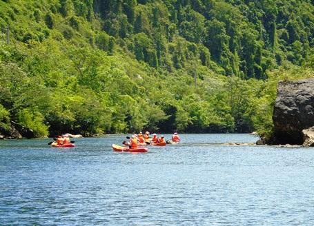 Bơi kayak dọc sông Chày ngắm khung cảnh núi non hữu tình