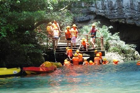 Sau 400 mét du ngoạn trên không, du khách sẽ đến cửa hang Tối...