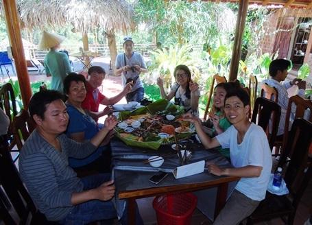 Du khách rất khoái khẩu với những món ăn dân dã ở Dark cave