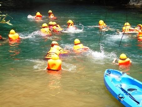 Sau khi thử thách Zip-line, du khách sẽ được hòa mình vào những dòng suối trong xanh, mát rượi