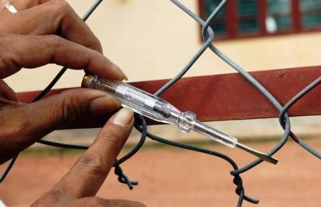 Khi dùng bút thử điện để kiểm tra thì phát hiện xung quanh hàng rào này đều có điện