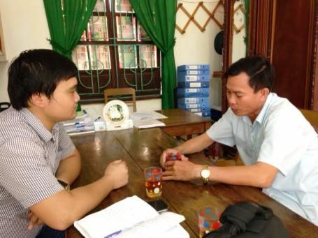 Ông Nguyễn Văn Lương (bìa phải), Chủ tịch UBND xã Phúc Trạch làm việc với PV