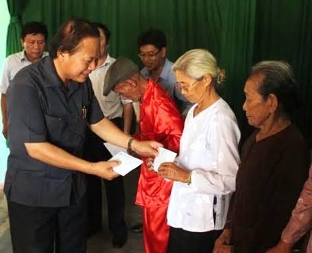 Thứ trưởng Bộ TT&TT thăm và tặng quà cho các gia đình chính sách
