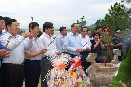 Chủ tịch UBTƯMTTQ Việt Nam Nguyễn Thiện Nhân viếng mộ Đại tướng Võ Nguyên Giáp