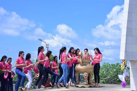Các thí sinh tham gia thắp hương tại Nghĩa trang Liệt sĩ Phú Quốc