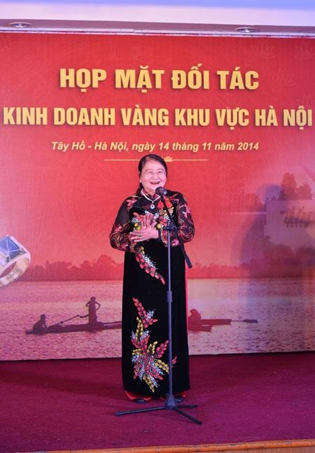 Nữ doanh nhân Lương Thị Điểm, thân mẫu của DNVH Vũ Minh Châu phát biểu tại hội nghị