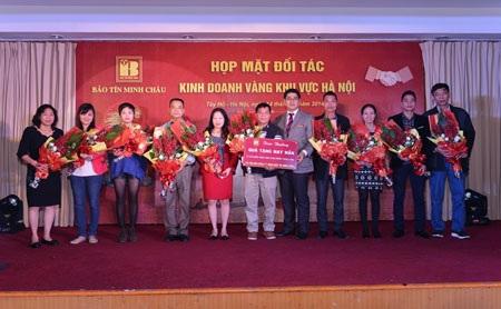 PTGĐ Vũ Phương Nam chụp ảnh lưu niệm cùng 10 đồng nghiệp may mắn nhận quà của chương trình