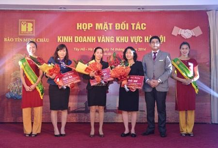 PTGĐ Vũ Phương Nam chụp ảnh lưu niệm cùng đại diện các DN đạt giải doanh thu cao