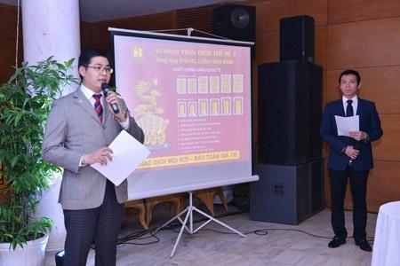 PTGĐ Vũ Phương Nam và PGĐ Kinh doanh Trần Nhật Nam thuyết trình sản phẩm tại buổi họp mặt.