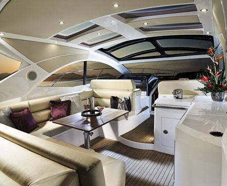 Phòng khách rộng rãi nối liền với buồng lái với nội thất sang trọng