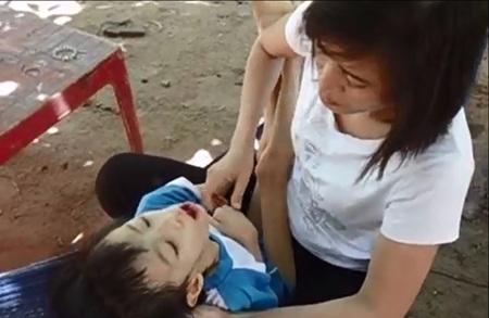 Sau 6 tháng bị căn bệnh hành hạ, cơ thể Nhật Lam teo tóp, chỉ còn 10kg.