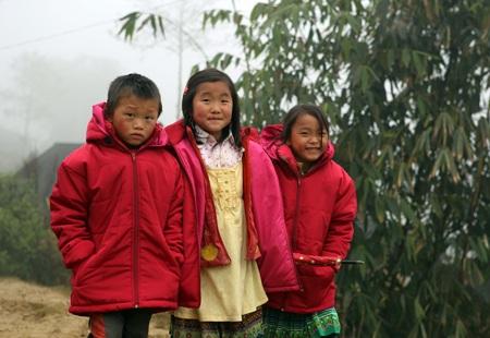 Công ty Dược Phẩm Tâm Bình tặng áo ấm cho trẻ em vùng cao