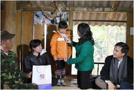Dược sĩ Lê Thị Bình tặng áo ấm cho các cháu học sinh