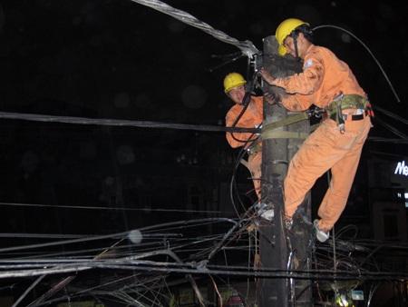 Hà Nội: Cháy cáp viễn thông, cột điện bị vạ lây