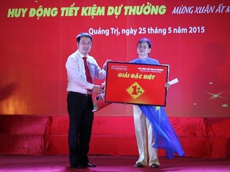 Phó TGĐ Agribank - ông Nguyễn Tuấn Anh trao giải đặc biệt 1 tỷ đồng