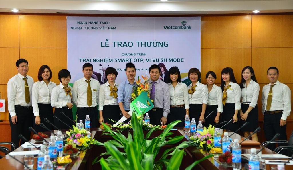 Đại diện Vietcombank Hội sở chính và Sở giao dịch chúc mừng khách hàng Lê Quang Dũng
