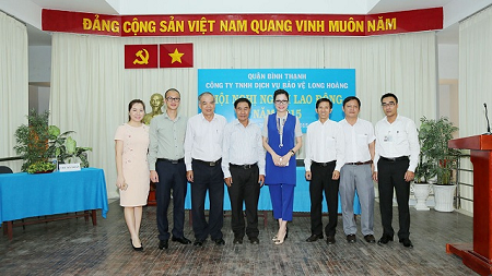 Hoa hậu Bùi Thị Hà đón tiếp các vị lãnh đạo thành phố và quận tới dự hội nghị