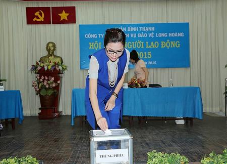Nữ lãnh đạo của Long Hoàng bỏ phiếu bầu cử cho Tổ đối thoại