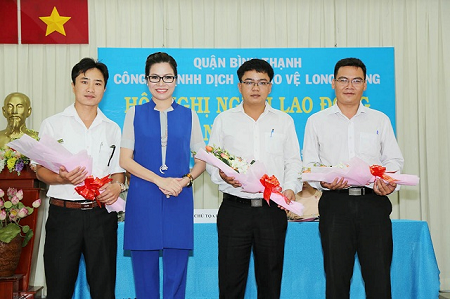 Hoa hậu Bùi Thị Hà tặng hoa chúc mừng 3 ứng viên trúng cử vào tổ đối thoại