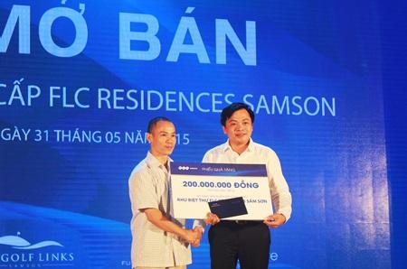 Ông Doãn Văn Phương,  Phó Chủ tịch thường trực Tập đoàn FLC trao