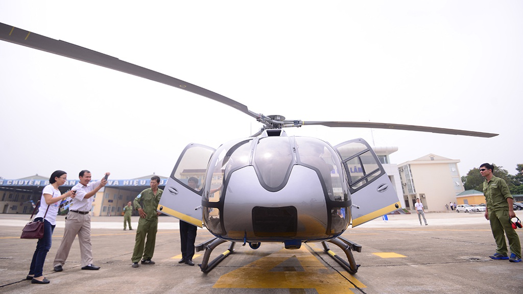 Khách tham quan và trải nghiệm thử cùng EC 130 T2