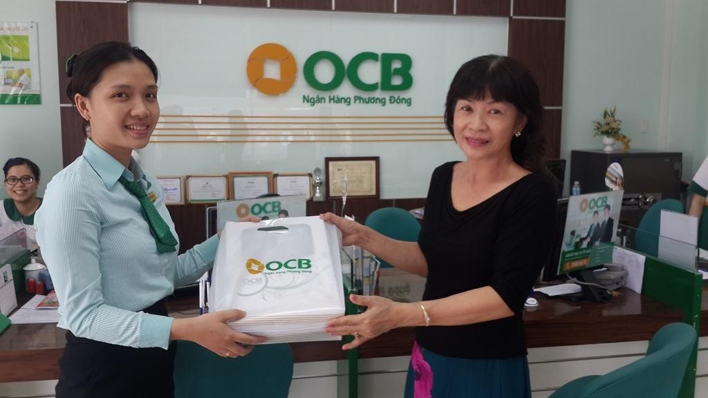"""Khách hàng nhận quà tặng """"Vui sinh nhật, ngập tràn quà tặng"""" cùng OCB"""