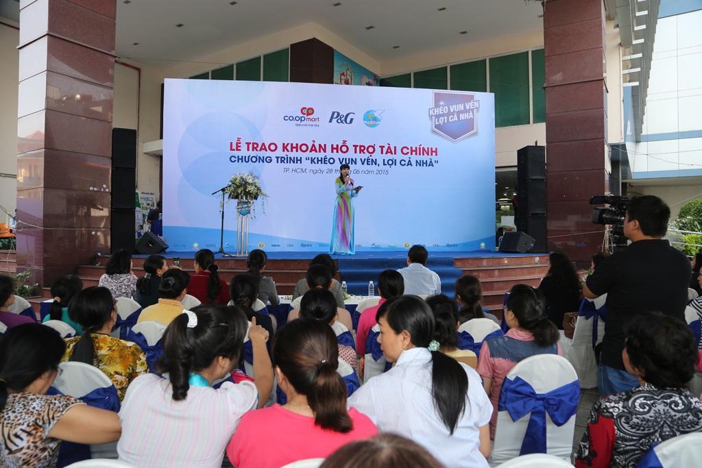 Đông đảo chị em phụ nữ tham dự chương trình