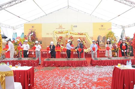 Đại diễn khách mời danh dựvà Lãnh đạo Tập đoàn Tân Hoàng Minh làm lễ động thổ
