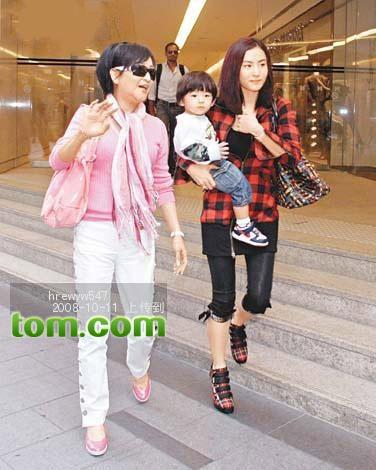 Gia đình Tạ Đình Phong được gặp cháu nội sau 3 tháng xa cách  - 1