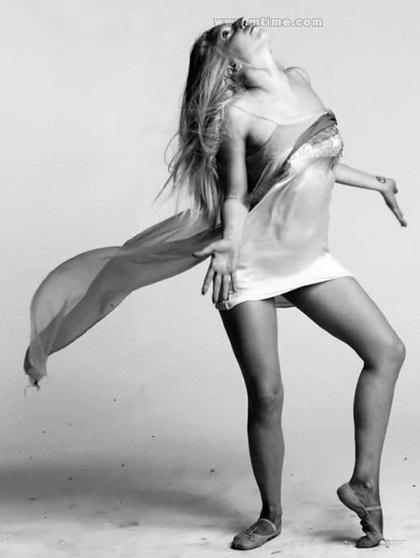 Lady Gaga khiến thợ săn ảnh bận rộn vì... váy ren - 8