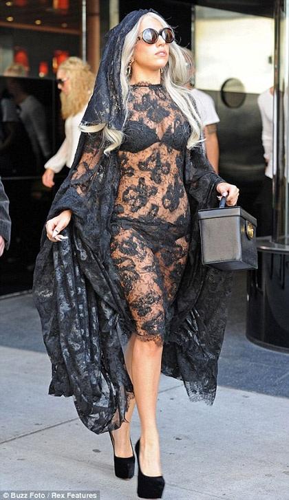 Lady Gaga khiến thợ săn ảnh bận rộn vì... váy ren - 1