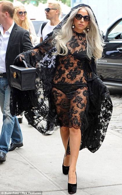 Lady Gaga khiến thợ săn ảnh bận rộn vì... váy ren - 2