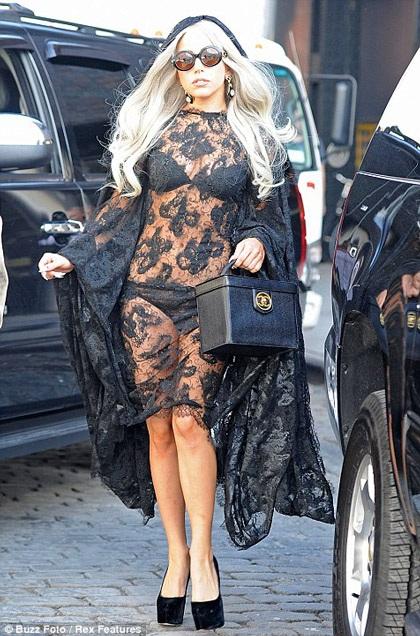 Lady Gaga khiến thợ săn ảnh bận rộn vì... váy ren - 3