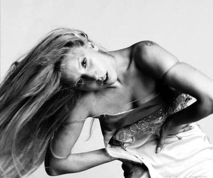 Lady Gaga khiến thợ săn ảnh bận rộn vì... váy ren - 13