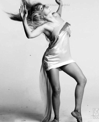 Lady Gaga khiến thợ săn ảnh bận rộn vì... váy ren - 16