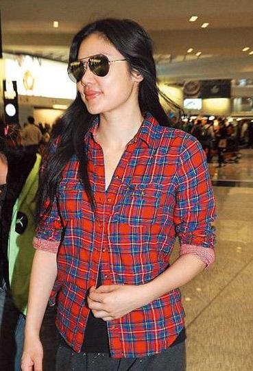 Lê Minh và vợ trẻ bịn rịn chia tay tại sân bay  - 6