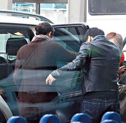 Lê Minh và vợ trẻ bịn rịn chia tay tại sân bay  - 3