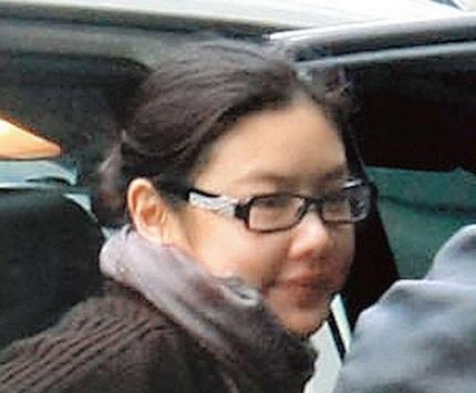 Lê Minh và vợ trẻ bịn rịn chia tay tại sân bay  - 4