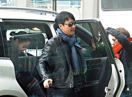 Lê Minh và vợ trẻ bịn rịn chia tay tại sân bay  - 1