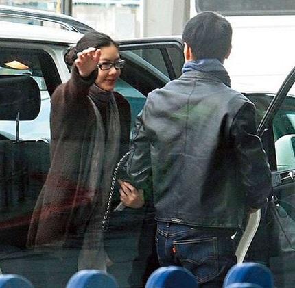 Lê Minh và vợ trẻ bịn rịn chia tay tại sân bay  - 2