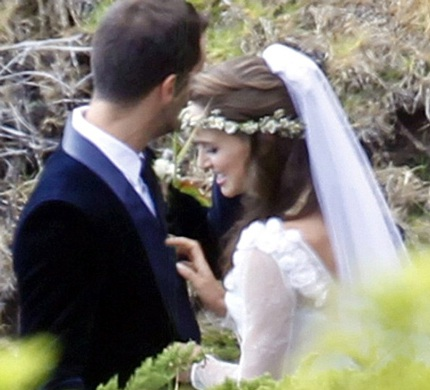 Cô dâu và chú rể tổ chức lễ cưới tại ngôi nhà riêng bên bờ biển của cô dâu Natalie.
