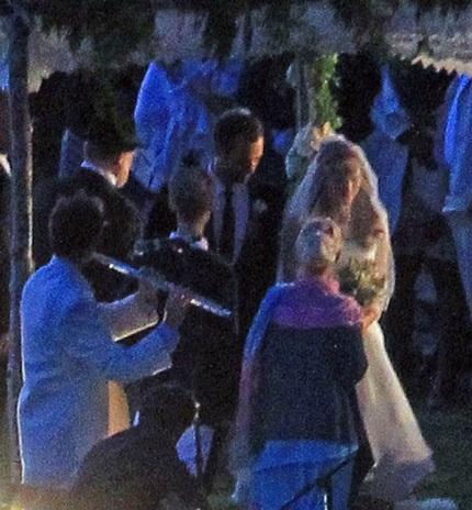 Đám cưới được tổ chức theo nghi lễ của người Do Thái vào trong bóng tối.