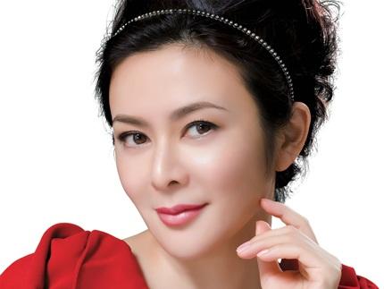 Ngôi sao điện ảnh Hồng Kông một thời làm người mẫu trong một quảng cáo mỹ phẩm.