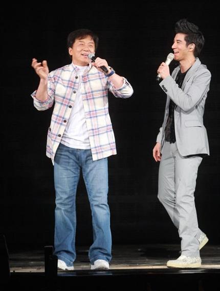 Hai nghệ sỹ kết hợp khá ăn ý và nhận được những tràng pháo tay cổ vũ của khán giả.