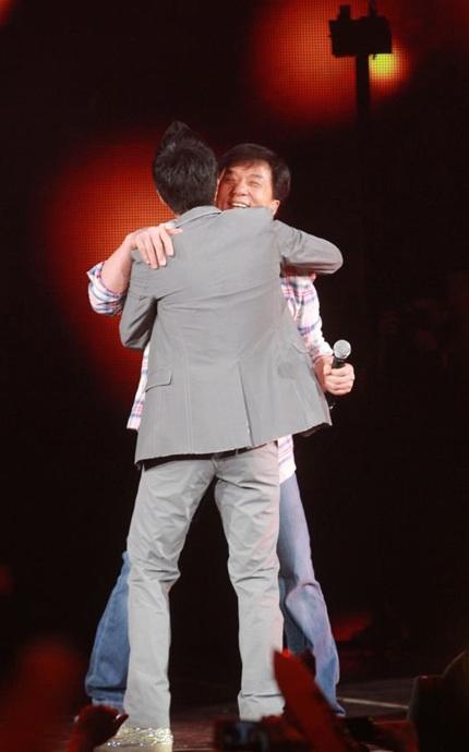 Kết thúc màn biểu diễn, Thành Long bất ngờ tặng cho thần tượng của mình một cái ôm thân thiết...
