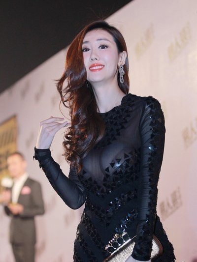 Cô nhanh chóng trở thành tâm điểm của sự kiện thời trang bởi vẻ ngoài quá đỗi sexy của mình.