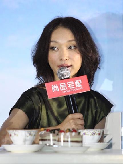 Kiểu tóc mới này khiến Châu Tấn trông đứng tuổi hơn.